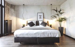 Hip en trendy overnachten in Oostende - grote hotelkamer
