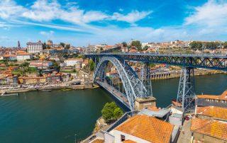 Riviercruise op de Douro - panorama met Dom Luis Brug in Porto - Portugal