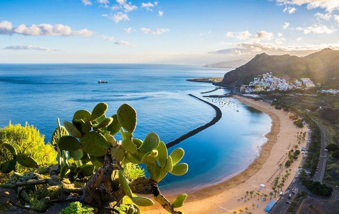 Vlieg deze winter naar de zon op Tenerife - zicht op baai Playa de las Teresitas - zandstrand