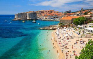 Rondreis Kroatië - Oude stad van Dubrovnik met strand