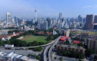 Rondreis Maleisië - panorama van Kuala Lumpur met de Kuala Lumpur Tower en Petronas Twin Tower - Maleisië