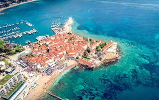 Rondreis Montenegro - Budva - zicht op het stadje vanuit de lucht