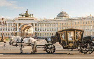Rondreis Rusland en de Baltische Staten - Koets op paleizenplein Sint-Petersburg