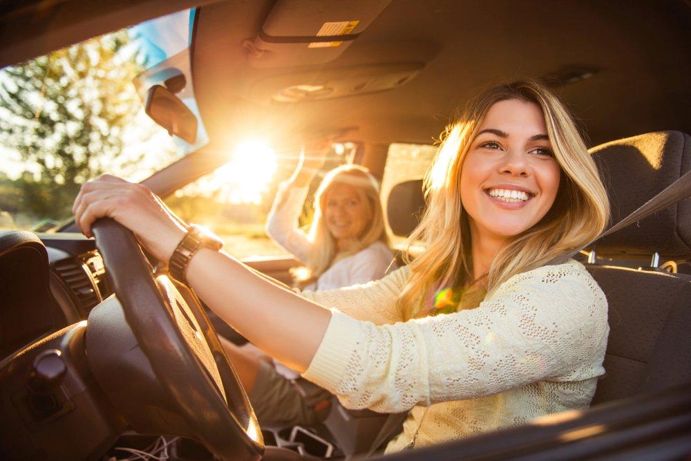 Vroegboekactie Sunny Cars - dame in auto