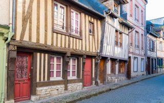 Schilderachtig Honfleur - straat met oude vakwerkhuizen