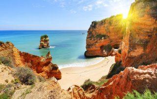 Rondreis Zuid-Portugal - rotsachtige strand bij zonsondergang - Lagos