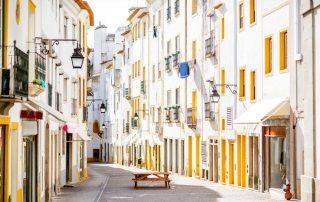 straatzicht met prachtige oude huizen in Evora