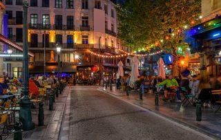 Bruisende overnachting in Brussel - Avond in één van de vele straatjes