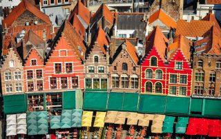 Elegante overnachting in Brugge - Zicht op de kleurrijke huisjes op de Markt