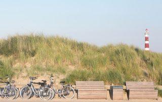 Wandel- en fietsvakanties - Fietsen en vuurtoren aan een Noordzeestrand